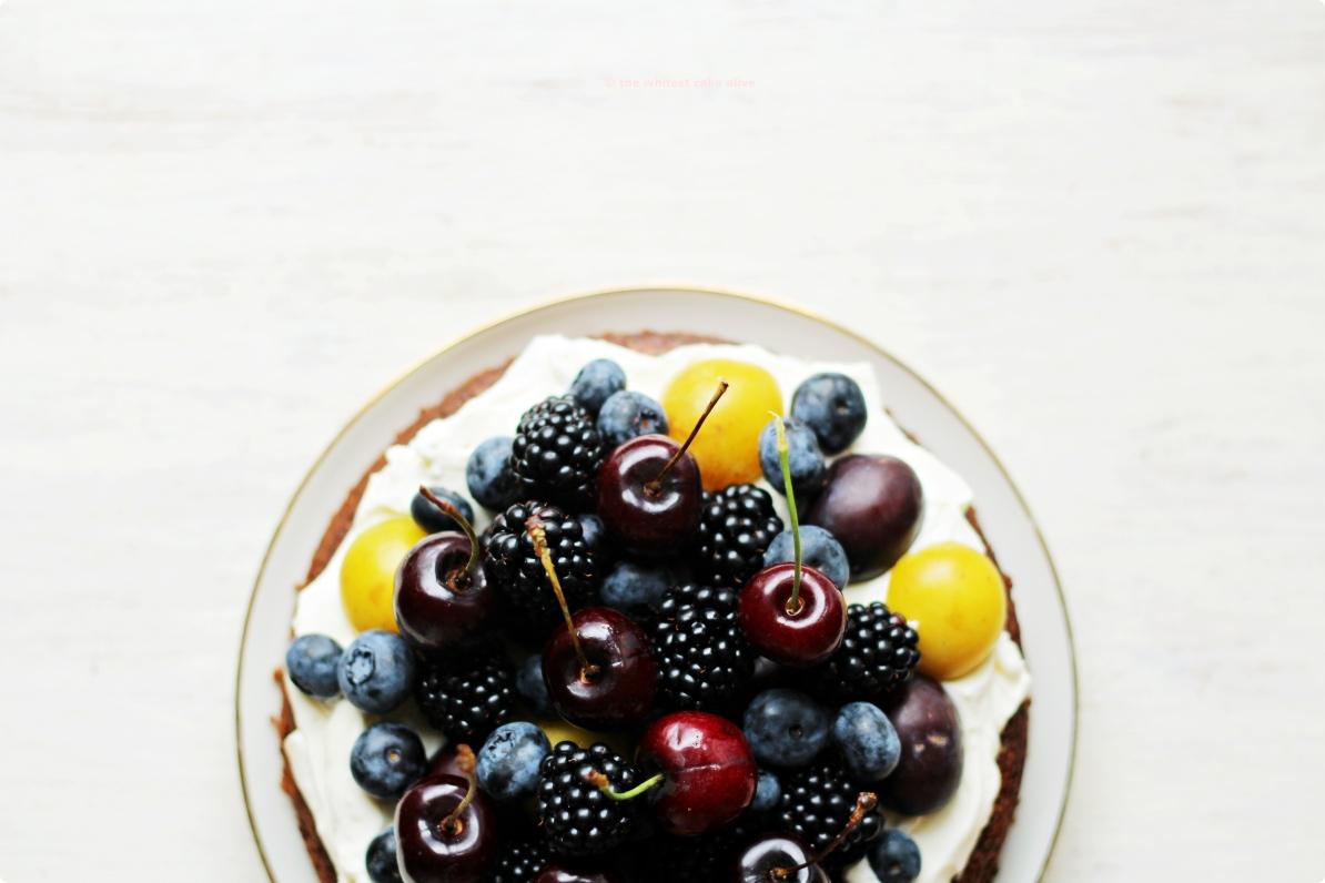 Auberginen-Schokoladenkuchen mit sommerlichem Durcheinander